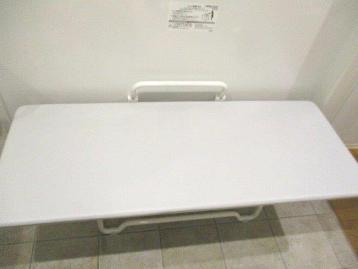 1階と6階の多目的トイレに大人用ベッド(ユニバーサルシート)を設置しました。
